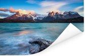 Het turquoise Pehoe meer met glooiende bergen en een heldere hemel Poster 120x80 cm - Foto print op Poster (wanddecoratie woonkamer / slaapkamer)