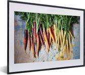 Foto in lijst - Kleurrijke peen met groene bladeren fotolijst zwart met witte passe-partout klein 40x30 cm - Poster in lijst (Wanddecoratie woonkamer / slaapkamer)