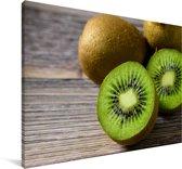 Kleurrijke kiwi op een houten tafel Canvas 180x120 cm - Foto print op Canvas schilderij (Wanddecoratie woonkamer / slaapkamer) XXL / Groot formaat!