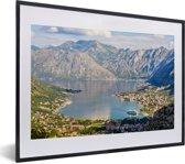 Foto in lijst - De Baai van Kotor met eb in het dal bij de stad Kotor fotolijst zwart met witte passe-partout klein 40x30 cm - Poster in lijst (Wanddecoratie woonkamer / slaapkamer)