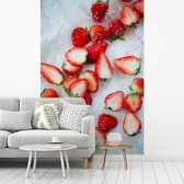 Fotobehang vinyl - Gehalveerde aardbeien op marmeren ondergrond breedte 180 cm x hoogte 270 cm - Foto print op behang (in 7 formaten beschikbaar)