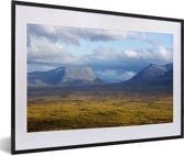 Foto in lijst - Berglandschap in het Nationaal park Abisko in Zweden fotolijst zwart met witte passe-partout 60x40 cm - Poster in lijst (Wanddecoratie woonkamer / slaapkamer)