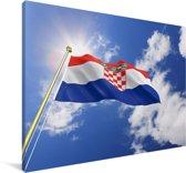 Vlag van Kroatië op een zonnige middag Canvas 90x60 cm - Foto print op Canvas schilderij (Wanddecoratie woonkamer / slaapkamer)