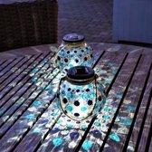 Gadgy Solar Glazen Lantaarn set Blauw – 2 ronde glazen tuinlantaarns met Led verlichting - Solarlamp met mozaïek lichteffect en handvat – Buitenlamp / Tafellamp op zonne energie – ook USB oplaadbaar! – Incl. USB kabel – dag/nacht sensor - Ø 15 cm