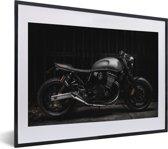 Foto in lijst - Zijaanzicht van een zwarte motor fotolijst zwart met witte passe-partout klein 40x30 cm - Poster in lijst (Wanddecoratie woonkamer / slaapkamer)