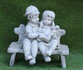 Tuinbeeld kinderen op bankje - decoratie voor binnen/buiten - beton
