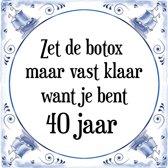 Verjaardag Tegeltje met Spreuk (40 jaar: Zet de botox maar vast klaar, want je bent 40 jaar + cadeau verpakking & plakhanger