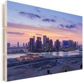 Het stadscontour van Abu Dhabi bij zonsopkomst in de Verenigde Arabische Emiraten Vurenhout met planken 120x80 cm - Foto print op Hout (Wanddecoratie)