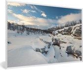 Foto in lijst - Het besneeuwde landschap in het Nationaal park Abisko in Zweden fotolijst wit 60x40 cm - Poster in lijst (Wanddecoratie woonkamer / slaapkamer)
