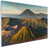 Vulkaan tussen bergen Glas 180x120 cm - Foto print op Glas (Plexiglas wanddecoratie) XXL / Groot formaat!