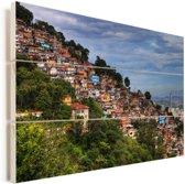 Fantastische foto van een favela onder een prachtig wolkenveld in Brazilië Vurenhout met planken 60x40 cm - Foto print op Hout (Wanddecoratie)