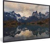 Foto in lijst - Weerspiegeling van het besneeuwde berglandschap in het meer Pehoe fotolijst zwart 60x40 cm - Poster in lijst (Wanddecoratie woonkamer / slaapkamer)