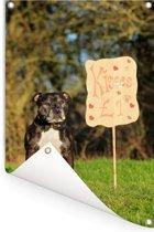 Staffordshire Bull Terrier bij een valentijn bord Tuinposter 80x120 cm - Tuindoek / Buitencanvas / Schilderijen voor buiten (tuin decoratie)
