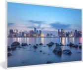 Foto in lijst - De rivier en op de achtergrond Hangzhou fotolijst wit 60x40 cm - Poster in lijst (Wanddecoratie woonkamer / slaapkamer)