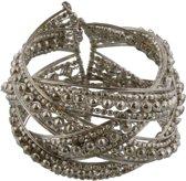 Zilverkleurige open bangle armband met zilveren kleine bolletjes erin verwerkt.