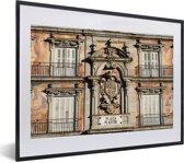 Foto in lijst - Oud gebouw op het plein van Plaza Mayor in het Spaanse Madrid fotolijst zwart met witte passe-partout klein 40x30 cm - Poster in lijst (Wanddecoratie woonkamer / slaapkamer)