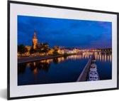 Foto in lijst - Verlichting in de avond in het Nederlandse Maastricht fotolijst zwart met witte passe-partout 60x40 cm - Poster in lijst (Wanddecoratie woonkamer / slaapkamer)
