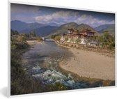 Foto in lijst - Het Punakha Dzong klooster in Bhutan met de rivier op de voorgrond fotolijst wit 60x40 cm - Poster in lijst (Wanddecoratie woonkamer / slaapkamer)