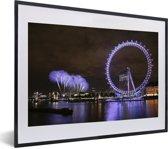 Foto in lijst - Paars vuurwerk en een paarse London Eye in de avond in Londen fotolijst zwart met witte passe-partout klein 40x30 cm - Poster in lijst (Wanddecoratie woonkamer / slaapkamer)