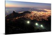 Een verlicht Kaapstad in de avond Aluminium 90x60 cm - Foto print op Aluminium (metaal wanddecoratie)