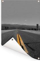 Zwart-wit foto van een weg met gele lijnmarkeringen Tuinposter 120x180 cm - Tuindoek / Buitencanvas / Schilderijen voor buiten (tuin decoratie) XXL / Groot formaat!