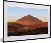 Foto in lijst - Oranje gloeiende Teide-vulkaan in het Nationaal park Teide in Spanje fotolijst zwart met witte passe-partout 60x40 cm - Poster in lijst (Wanddecoratie woonkamer / slaapkamer)
