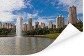 Meer en een fontein bij de wolkenkrabbers van Goiânia in Brazilië Poster 90x60 cm - Foto print op Poster (wanddecoratie woonkamer / slaapkamer)
