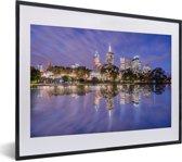 Foto in lijst - Paarse tinten boven een prachtig verlicht Melbourne in Australië fotolijst zwart met witte passe-partout klein 40x30 cm - Poster in lijst (Wanddecoratie woonkamer / slaapkamer)