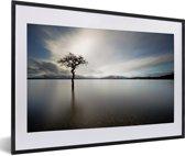 Foto in lijst - Uitzicht over het meer van Loch Lomond in Schotland met een grijze hemel fotolijst zwart met witte passe-partout 60x40 cm - Poster in lijst (Wanddecoratie woonkamer / slaapkamer)