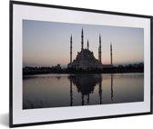 Foto in lijst - De Sabanci Moskee tijdens de zonsopkomst in Adana fotolijst zwart met witte passe-partout 60x40 cm - Poster in lijst (Wanddecoratie woonkamer / slaapkamer)