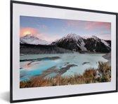 Foto in lijst - Zonsondergang in het Nationaal park Aoraki/Mount Cook in Oceanië fotolijst zwart met witte passe-partout klein 40x30 cm - Poster in lijst (Wanddecoratie woonkamer / slaapkamer)