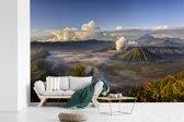 Fotobehang vinyl - Wolken omringen het vulkanische landschap van het Nationaal Park Bromo Tengger Semeru breedte 360 cm x hoogte 240 cm - Foto print op behang (in 7 formaten beschikbaar)