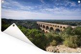 De Pont du Gard vanaf een berg en een erg mooie groene omgeving Tuinposter 180x120 cm - Tuindoek / Buitencanvas / Schilderijen voor buiten (tuin decoratie) XXL / Groot formaat!