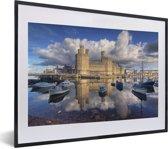 Foto in lijst - Wolken boven het Kasteel Caernarfon in Wales fotolijst zwart met witte passe-partout klein 40x30 cm - Poster in lijst (Wanddecoratie woonkamer / slaapkamer)
