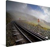Een spoorweg met uitzicht op het groene landschap Canvas 180x120 cm - Foto print op Canvas schilderij (Wanddecoratie woonkamer / slaapkamer) XXL / Groot formaat!