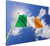 Vlag van Ierland op een zonnige middag Canvas 90x60 cm - Foto print op Canvas schilderij (Wanddecoratie woonkamer / slaapkamer)