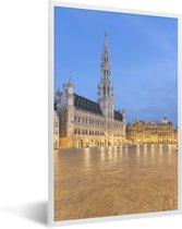 Foto in lijst - Foto van de Grote Markt van Brussel bij avondschemering fotolijst wit 40x60 cm - Poster in lijst (Wanddecoratie woonkamer / slaapkamer)