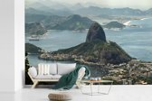 Fotobehang vinyl - Suikerbroodberg in Rio de Janeiro van bovenaf breedte 540 cm x hoogte 360 cm - Foto print op behang (in 7 formaten beschikbaar)