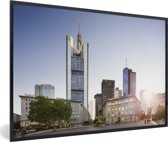 Foto in lijst - Zonsondergang achter de gebouwen in Frankfurt am Main fotolijst zwart 60x40 cm - Poster in lijst (Wanddecoratie woonkamer / slaapkamer)