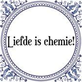 Tegeltje met Spreuk (Tegeltjeswijsheid): Liefde is chemie! + Kado verpakking & Plakhanger
