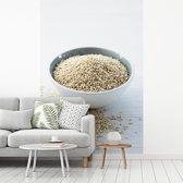 Fotobehang vinyl - Witte quinoa korrels in een wit kommetje breedte 175 cm x hoogte 260 cm - Foto print op behang (in 7 formaten beschikbaar)