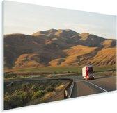 Rode vrachtwagen tussen de heuvels Plexiglas 180x120 cm - Foto print op Glas (Plexiglas wanddecoratie) XXL / Groot formaat!