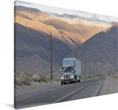Vrachtwagen tussen de bergen Canvas 180x120 cm - Foto print op Canvas schilderij (Wanddecoratie woonkamer / slaapkamer) XXL / Groot formaat!