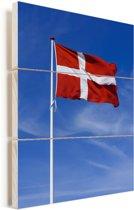 De vlag van Denemarken wappert in de lucht Vurenhout met planken 60x90 cm - Foto print op Hout (Wanddecoratie)