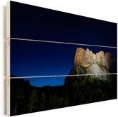 Licht schijnt op de Mount Rushmore in Amerika tijdens de nacht Vurenhout met planken 120x80 cm - Foto print op Hout (Wanddecoratie)
