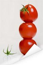 Een stapel van tomaten tegen een witte achtergrond Poster 80x120 cm - Foto print op Poster (wanddecoratie woonkamer / slaapkamer)