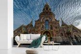 Fotobehang vinyl - De historische Kerk van de Verlosser op het Bloed in het Europese Rusland breedte 390 cm x hoogte 260 cm - Foto print op behang (in 7 formaten beschikbaar)