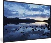 Foto in lijst - Lucht reflecteert in de wateren van het Nationaal park Cairngorms fotolijst zwart 60x40 cm - Poster in lijst (Wanddecoratie woonkamer / slaapkamer)