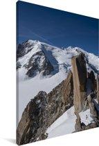 Blauwe lucht boven de Aiguille du Midi berg Canvas 80x120 cm - Foto print op Canvas schilderij (Wanddecoratie woonkamer / slaapkamer)