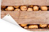 Aardappelen in houten kist van boerenmarkt Tuinposter 60x40 cm - klein - Tuindoek / Buitencanvas / Schilderijen voor buiten (tuin decoratie)